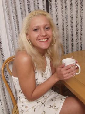 Jeune chaude blonde boit un café avant de se faire baiser sous la douche