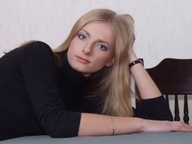 Nina belle blonde pense a ton sexe