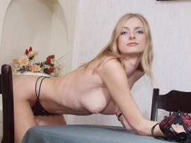 Nina fille blonde penchée sur la table a envie de se faire baiser par derriere