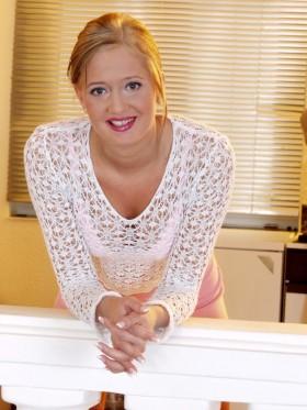 Photo de salope blonde avec un top en dentelle