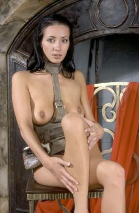 Belle Brunette seins nus attend de se faire baiser au tel