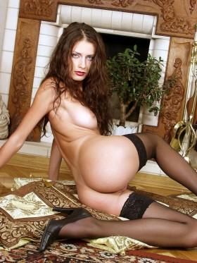 Barbara bourgeoise sexy brune en bas et talons aiguilles offre son cul