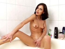 Manon etudiante chienne ecarte ses jambes et se masturbe sous la douche
