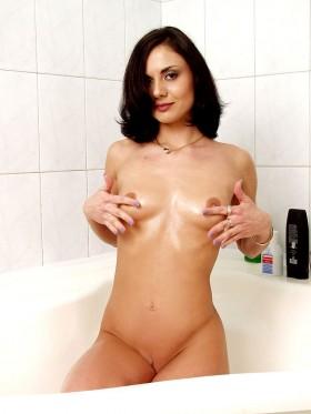 Manon brune canon se masse les seins sous sa douche