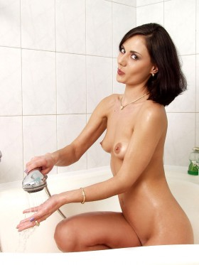 Manon brune soumise nue attend un appel telephone hard