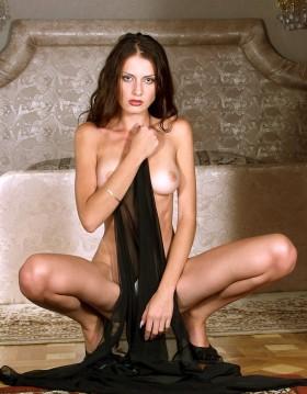 Barbara brune canon nue accroupie attend ton ejaculation au telephone