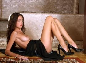 Barbara sexy brune nue et allongée sur le dos prete a realiser tous tes fantasmes
