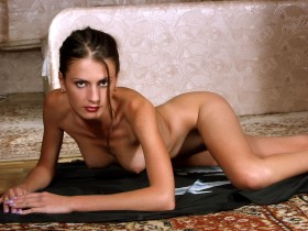 Barbara bourgeoise salope nue et allongée sur le ventre cul offert a belle bite