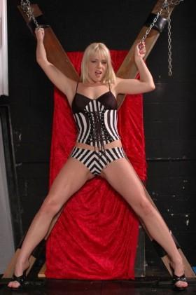 Elisa blonde soumise salope sexy attachée