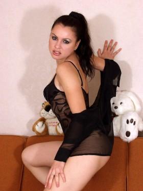 Chaude brunette en dessous sexy cherche sexe au telephone