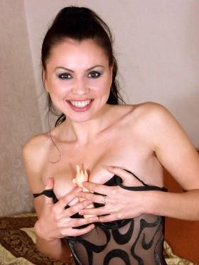 Fille brune salope aux beaux seins
