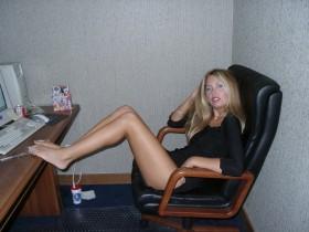 Salope blonde nue fait du sexe au telephone assise sur une chaise