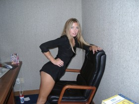 Blonde coquine aime le sexe au telephone dans son bureau