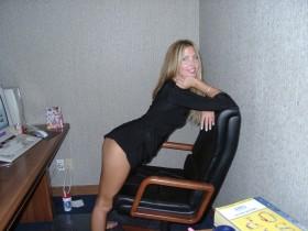 Blonde sur sa chaise en tenue coquine sexe au telephone