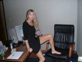 Blonde salope aime s'exhiber sur internet au bureau