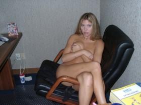 Blonde coquine nue aime faire le sexe au telephone