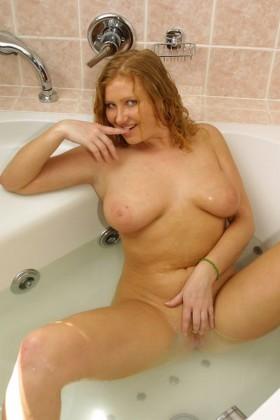 Monique femme plantureuse nue dans la baignoire jambes ecartées chatte epilée