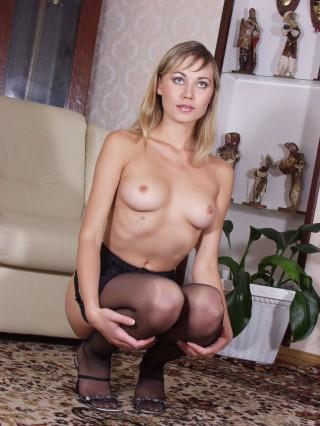 magnifique blonde seins nus hotesse de telephone rose